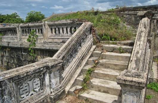 Decaying steps and walkway