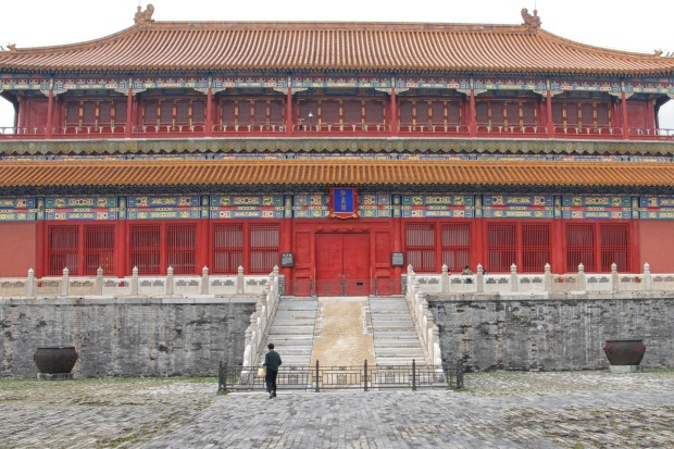 One of the buildings bordering the square is Hongyi Pavilion, or if you'd rather, Hall of Enhanced Righteousness.