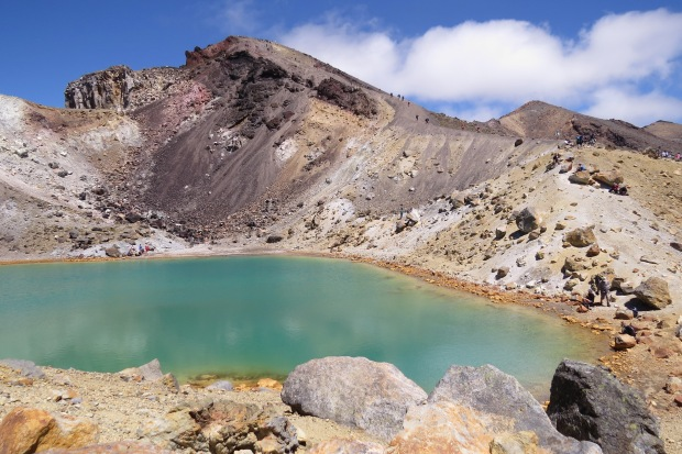 tongariro crossing emerald lake