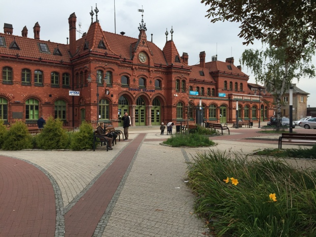 I guess it would be a bit contrary if Malbork's train station wasn't also red brick
