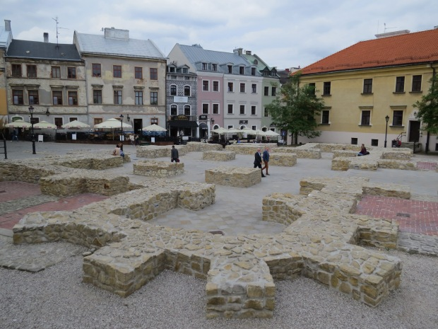 The foundations of a medieval church were discovered underneath this square in the 1930s and earlier this century were incorporated into the square